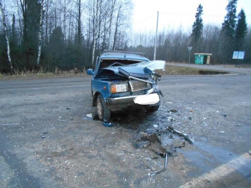 Одну легковушку смяло, другая вылетела в кювет: в ДТП на трассе в Ярославской области погиб мужчина