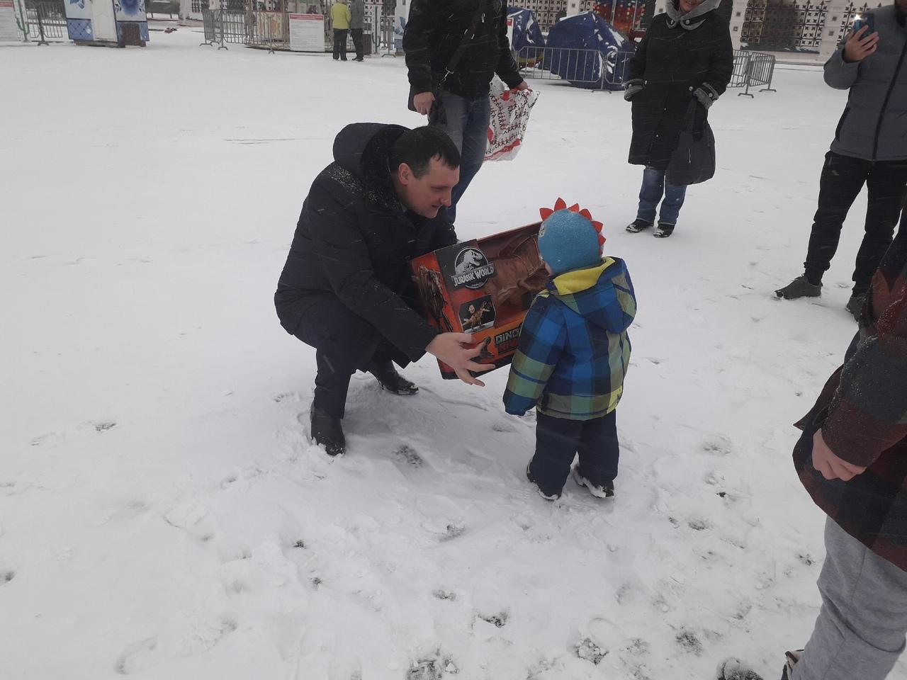 Ярославские депутаты перед Новым годом осчастливили детишек