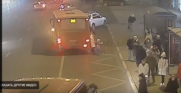 В Ярославле водитель маршрутки зажал в дверях и протащил женщину с ребенком: видео