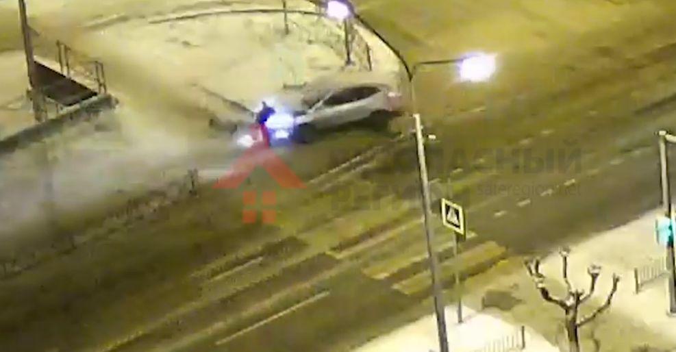 В Ярославле водитель иномарки снес светофор и чуть не сбил пешехода: видео