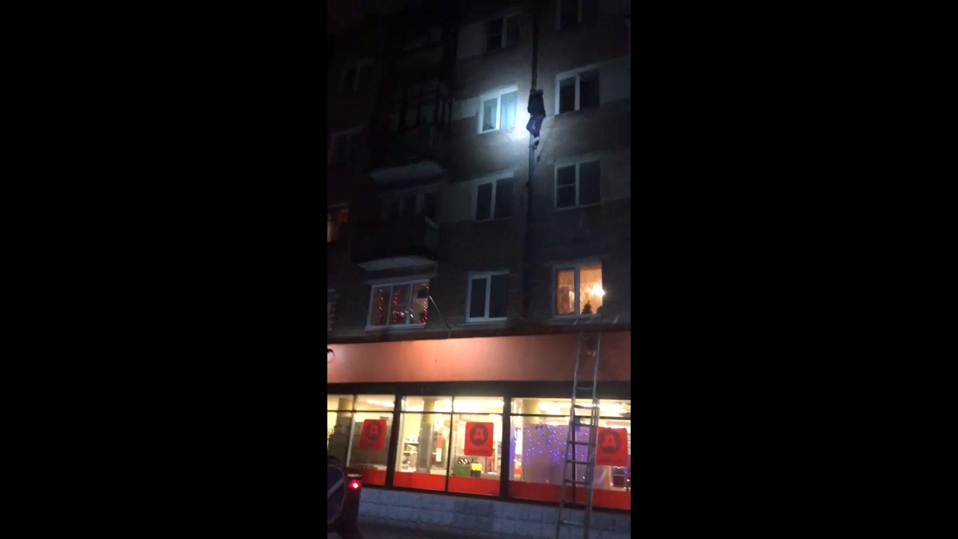 «Человек-паук»: в Ярославле спасатели снимали «героя» со стены дома - видео
