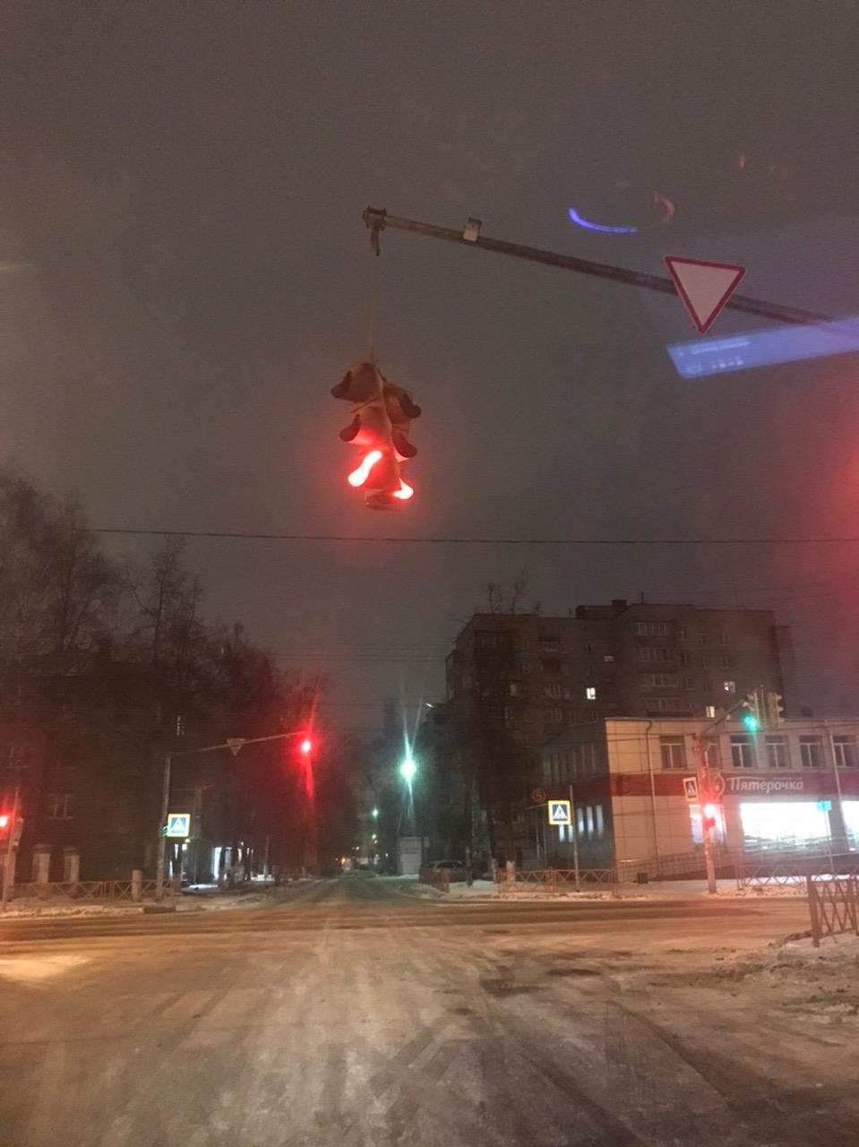 «Побит, но не сломлен»: в центре Ярославля едва не упал светофор