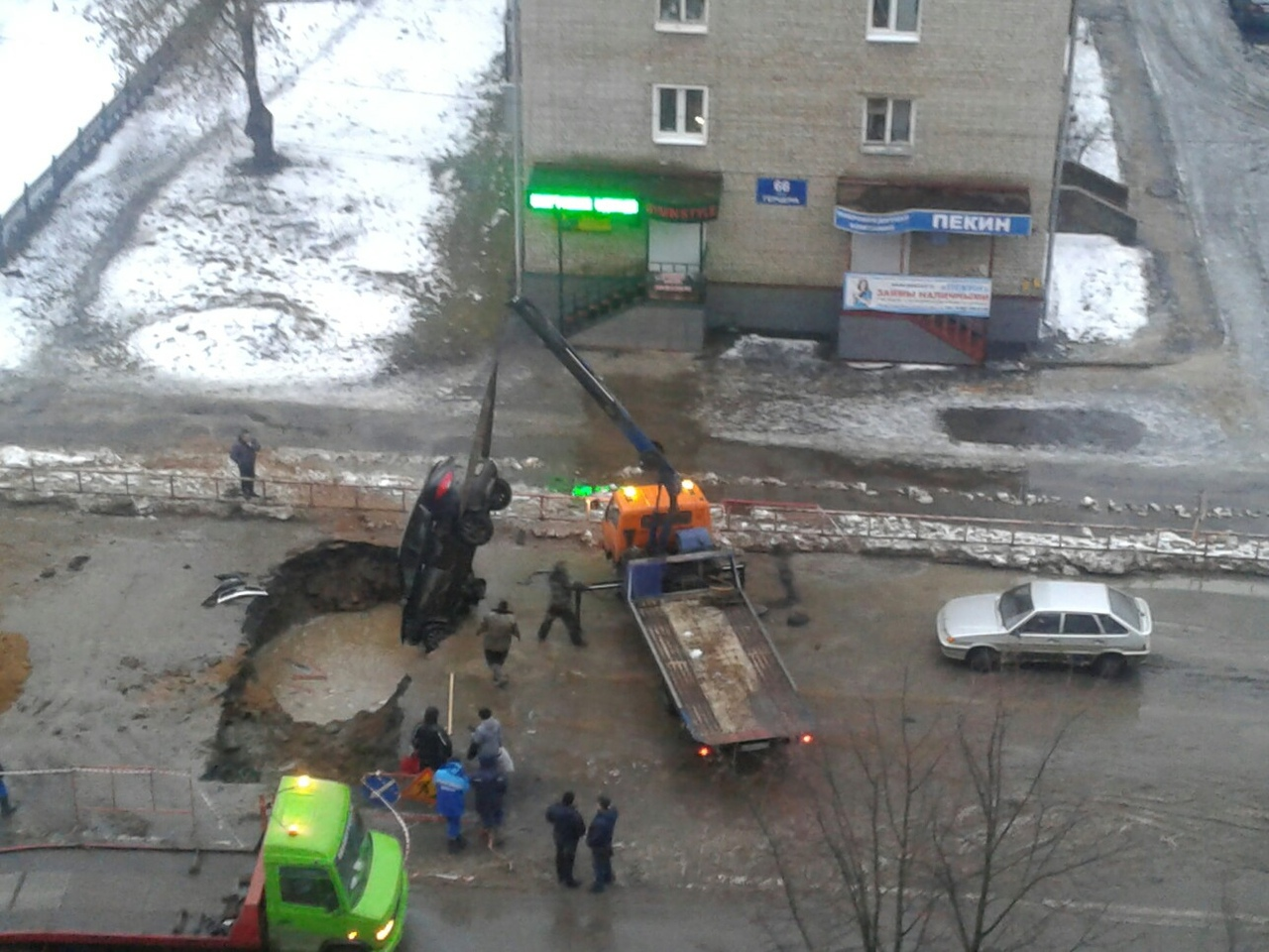 В Рыбинске две машины провалились в выкопанную коммунальщиками яму
