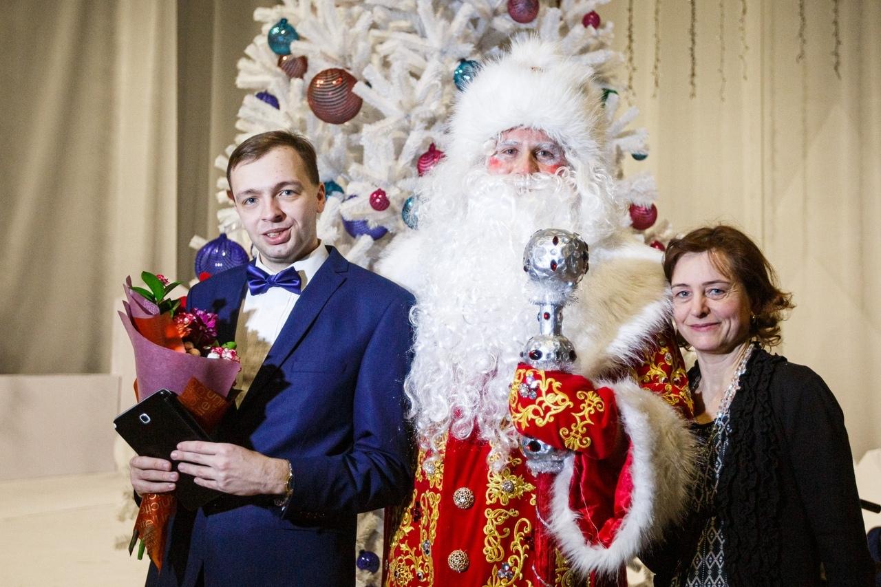 Ярославец спел на сцене вместе с актерами Волковского: Дмитрий Миронов исполнил мечту парня