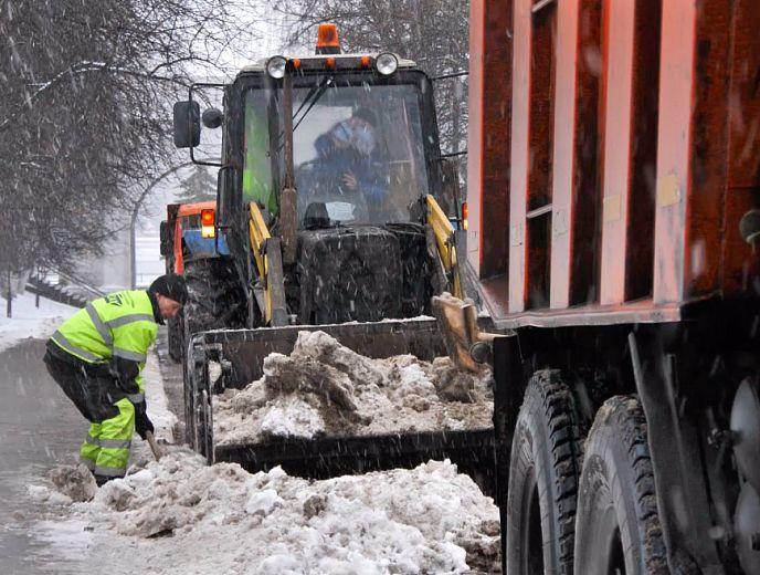 Работают в три смены не покладая рук: в мэрии Ярославля рассказали об особенностях уборки города в новогодний период