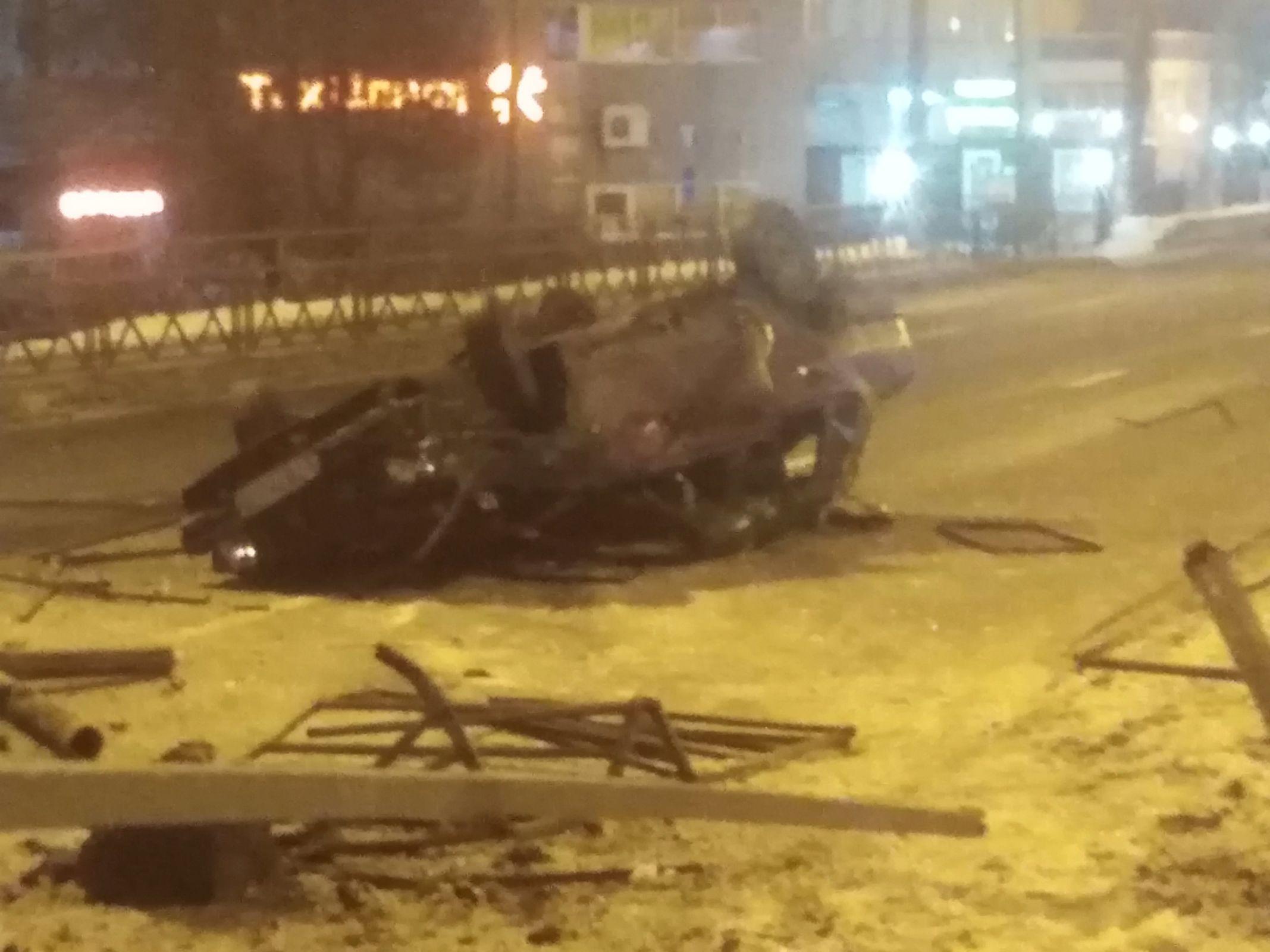 На Московском проспекте «Лада» протаранила забор и перевернулась на крышу