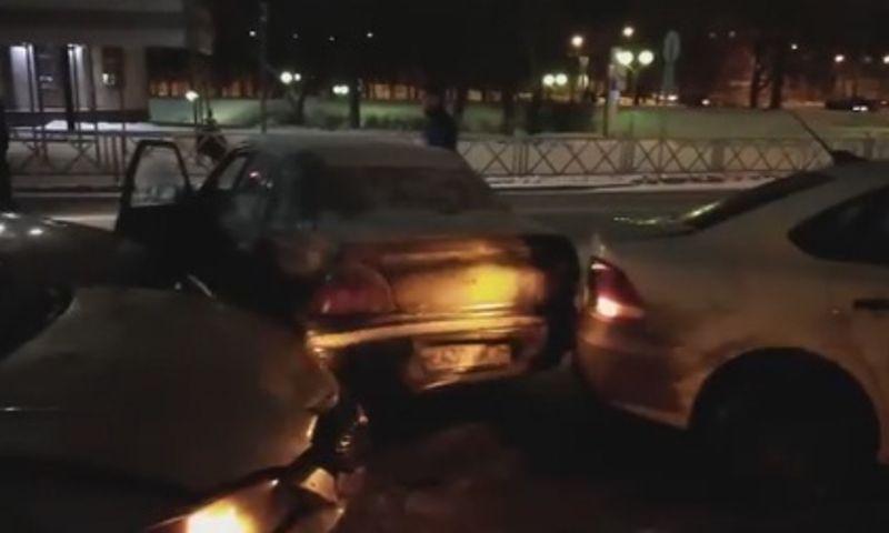 В центре Ярославля водитель легковушки протаранил четыре автомобиля и убежал с места ДТП