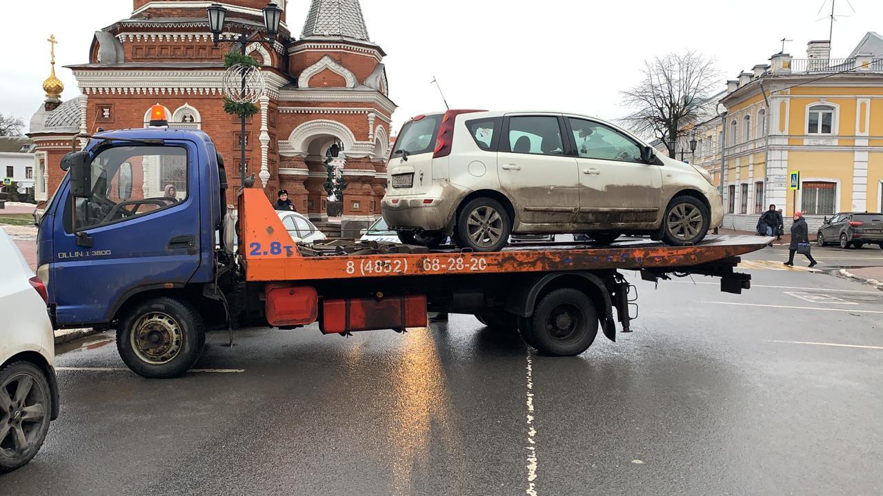 В историческом центре Ярославля эвакуируют неправильно припаркованные автомобили