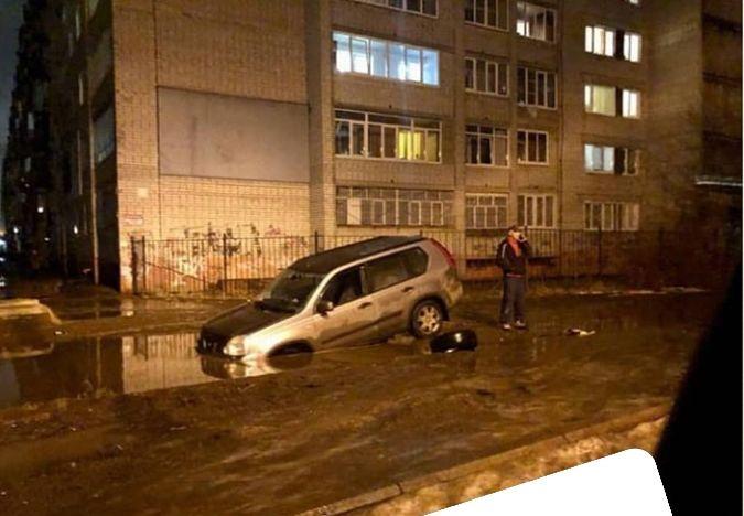 Море по колено, а лужа по уши: в Ярославле коварная яма продолжает калечить автомобили