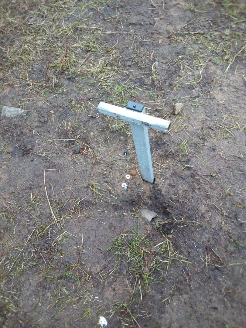 Украли гирлянду, сломали елку и прожекторы: вандалы лишили ярославцев праздничного настроения