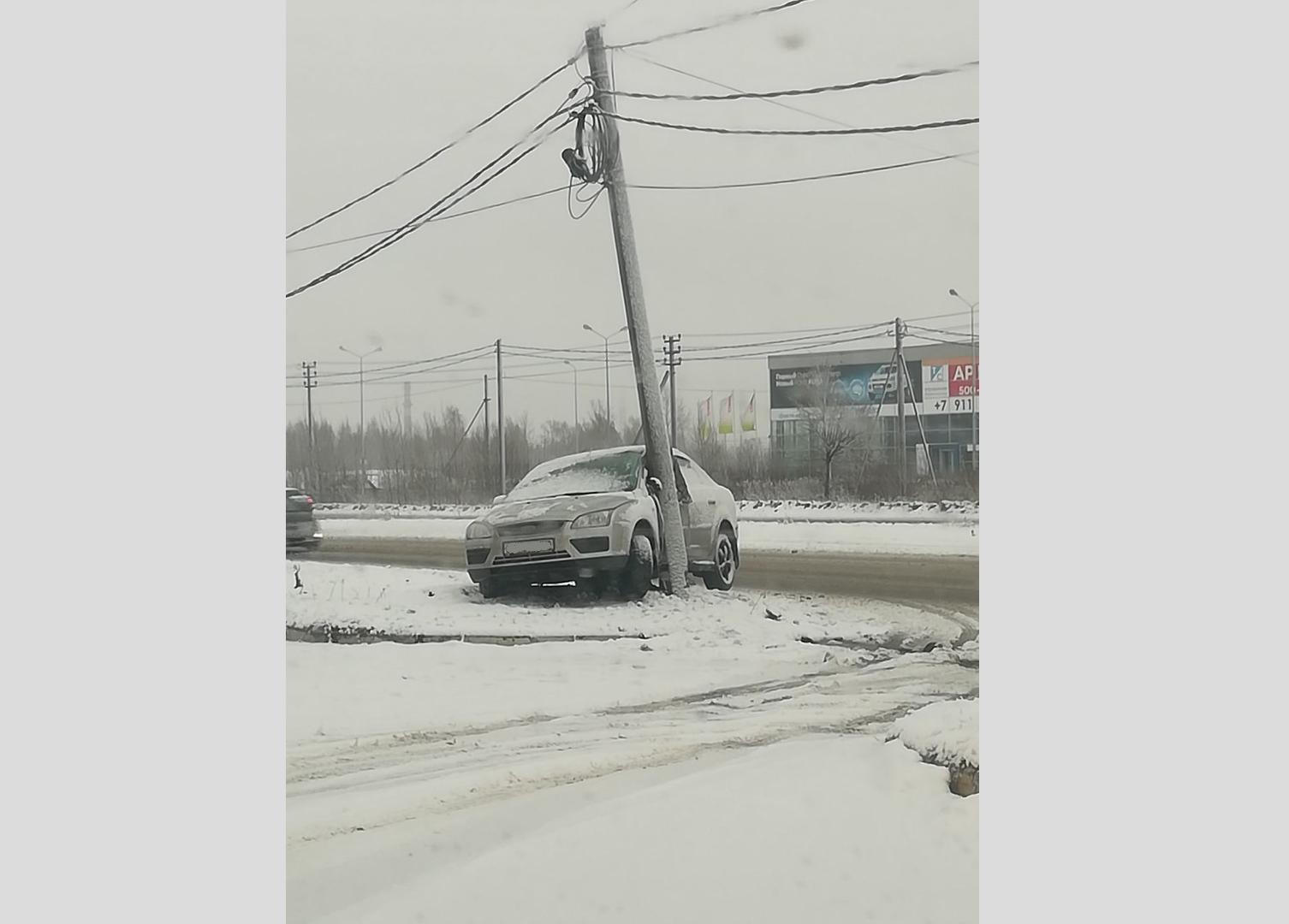 Утренний снегопад привел к нескольким авариям на дорогах Ярославля: кадры