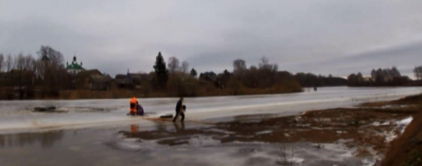 Двое ярославцев рискнули жизнью ради спасения провалившейся под лед собаки