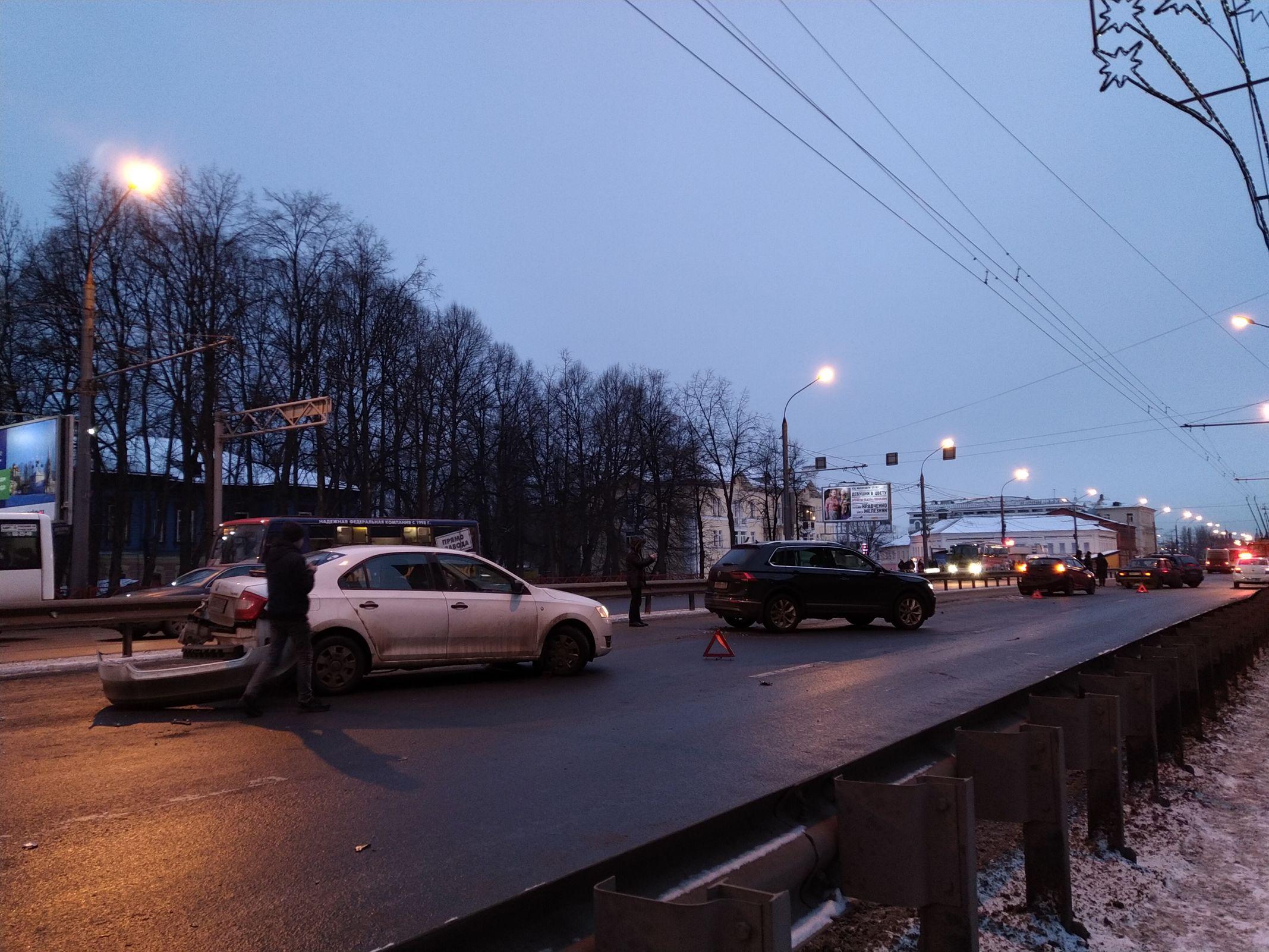 В Ярославле перекрыли участок Московского проспекта из-за массовой аварии