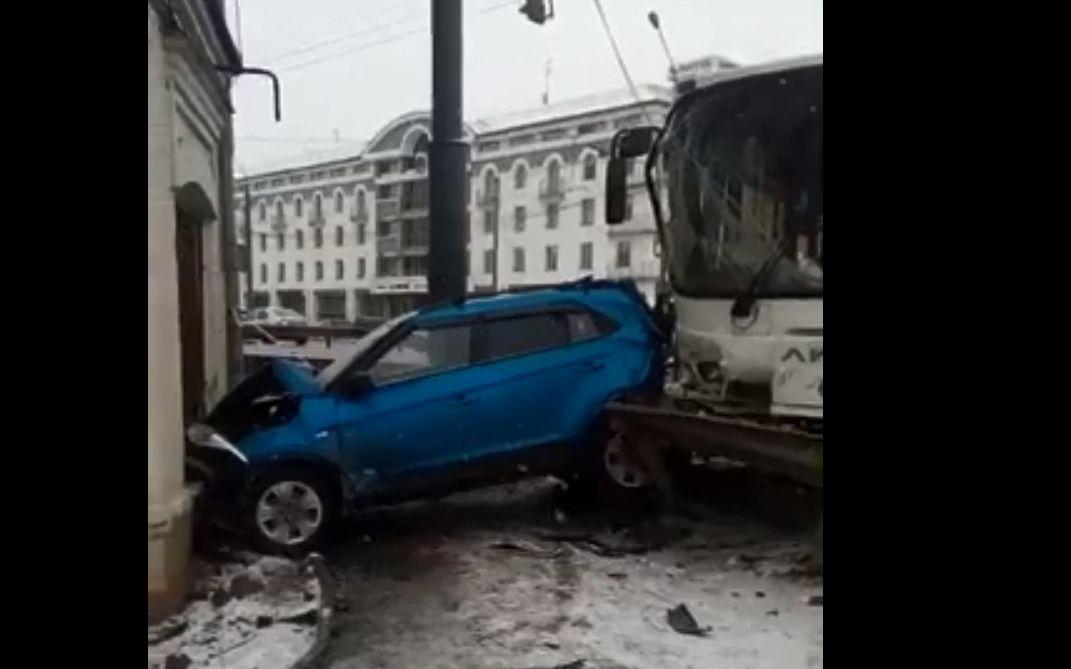 Автобус протаранил легковушку на Московском проспекте: сюжет с места событий