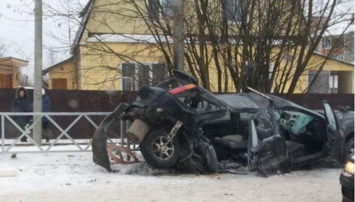 Иномарку смяло после столкновения с BMW в Ярославле: двое пострадавших