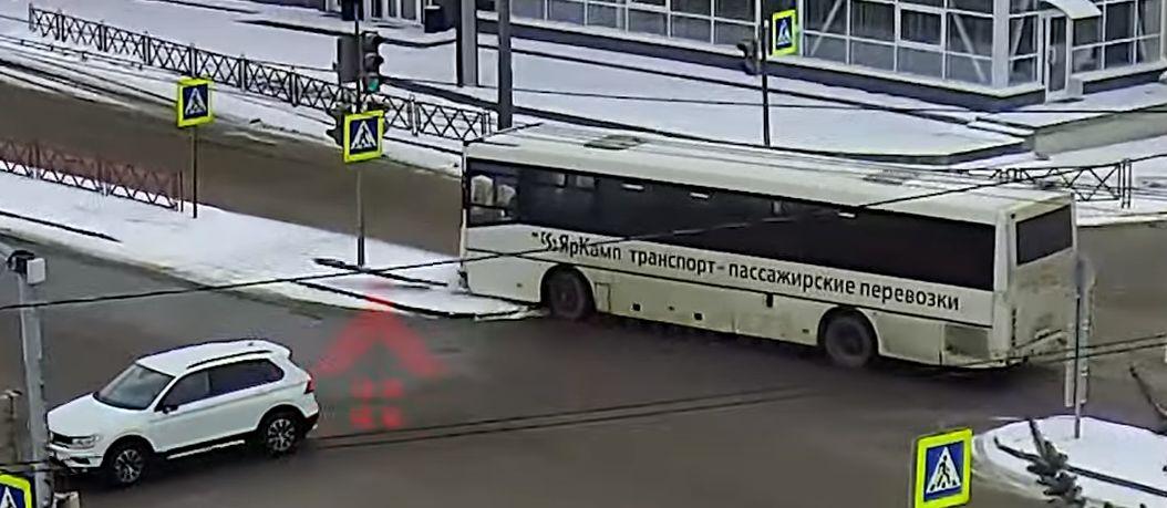 В центре Ярославля автобус снес дорожный знак: видео