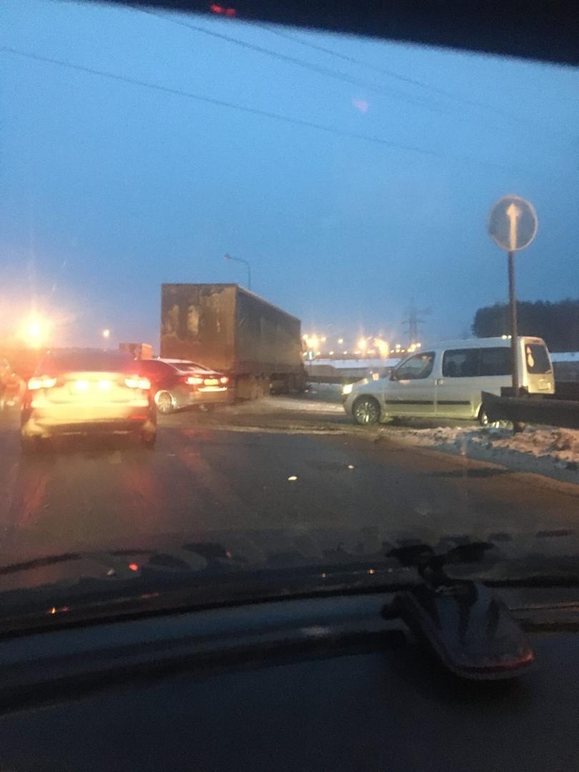 Фура у Юбилейного моста задержала в утренний час пик жителей Заволжского района