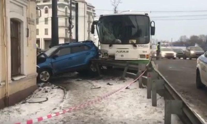 В УМВД назвали возможную причину крупной аварии на Московском проспекте в Ярославле