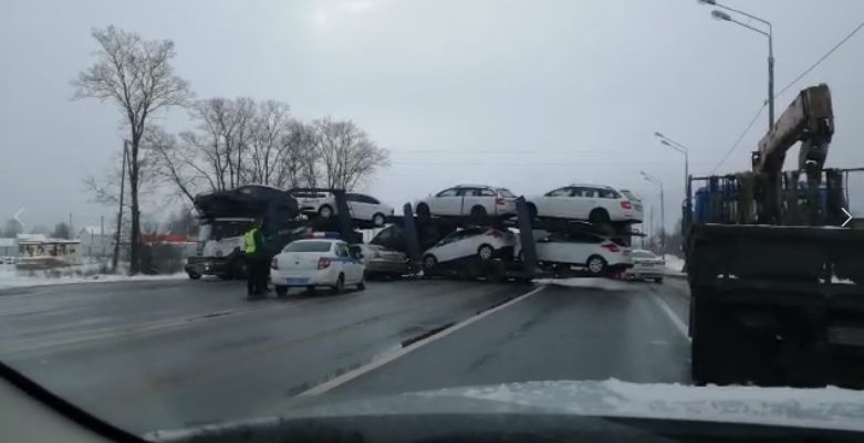 Появилось видео, как автовоз перекрыл федеральную трассу в Ярославской области