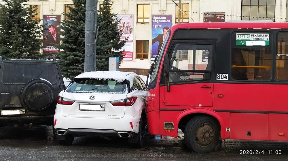 В центре Ярославля водитель маршрутки протаранил «Лексус»
