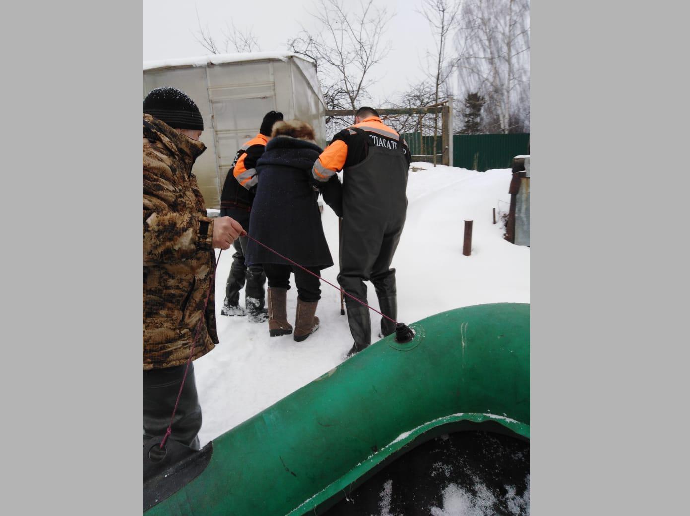 В Ярославской области спасатели помогли пенсионерке покинуть затопленный поселок
