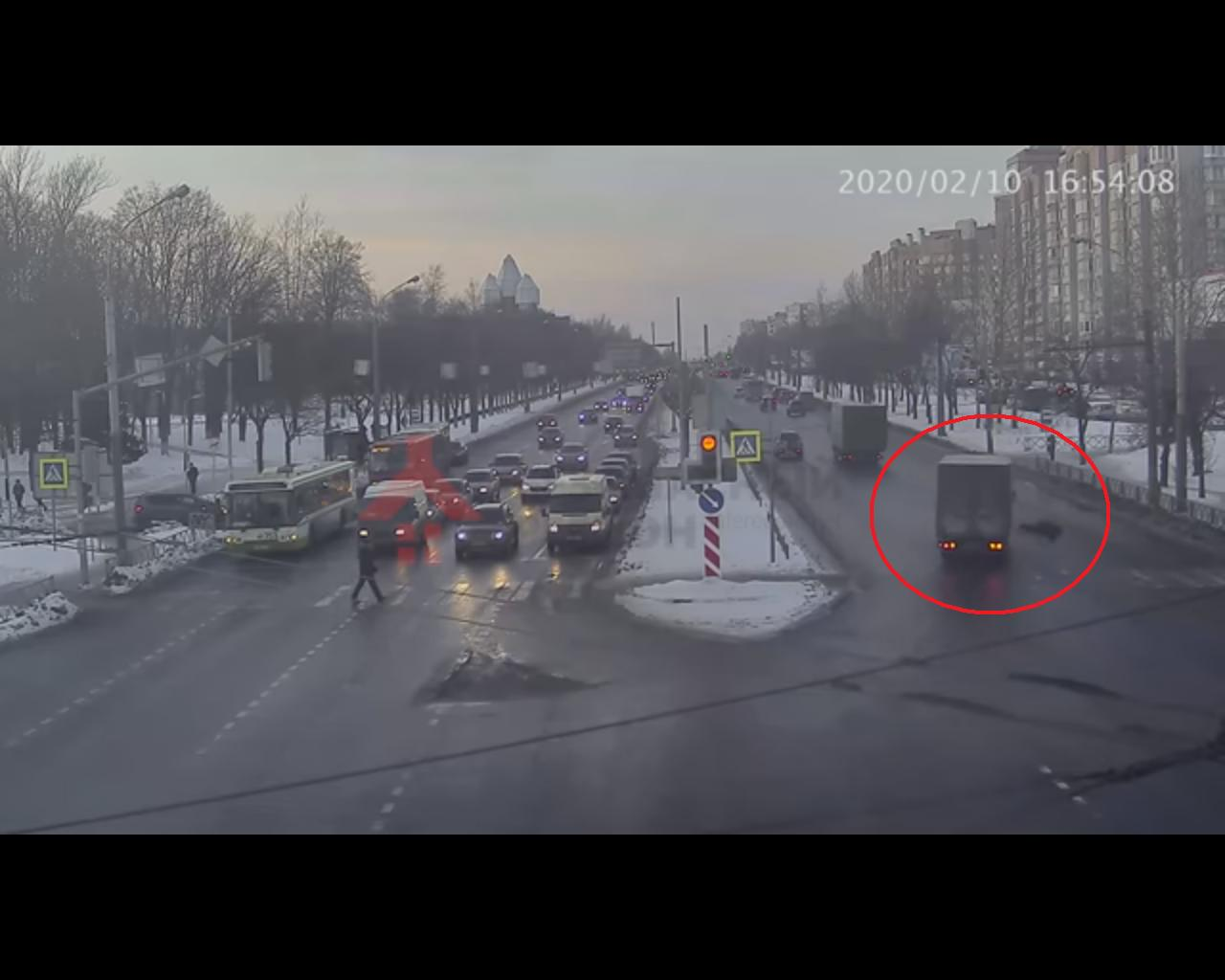 В Ярославле мужчину на переходе сбил грузовик: появилось видео аварии
