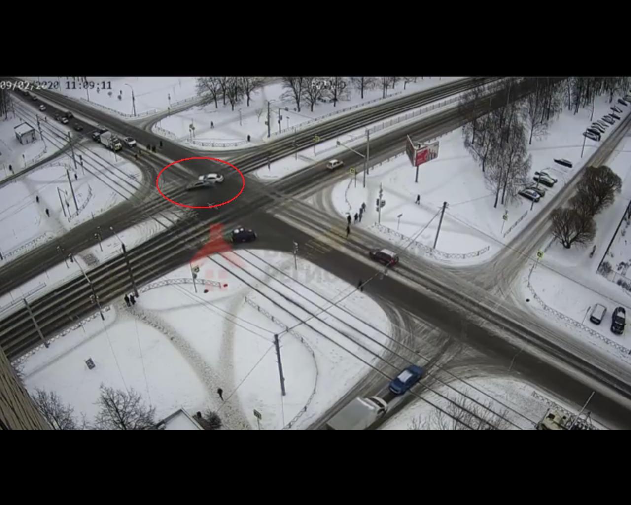Появилось видео аварии с тремя пострадавшими на оживленном перекрестке в Ярославле