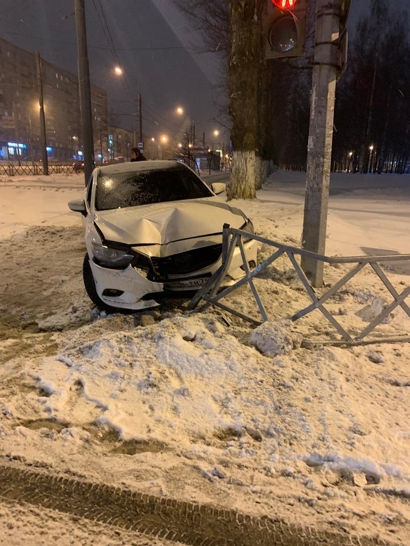 В Ярославле владелец иномарки ищет виновника ДТП: видео аварии на Московском проспекте