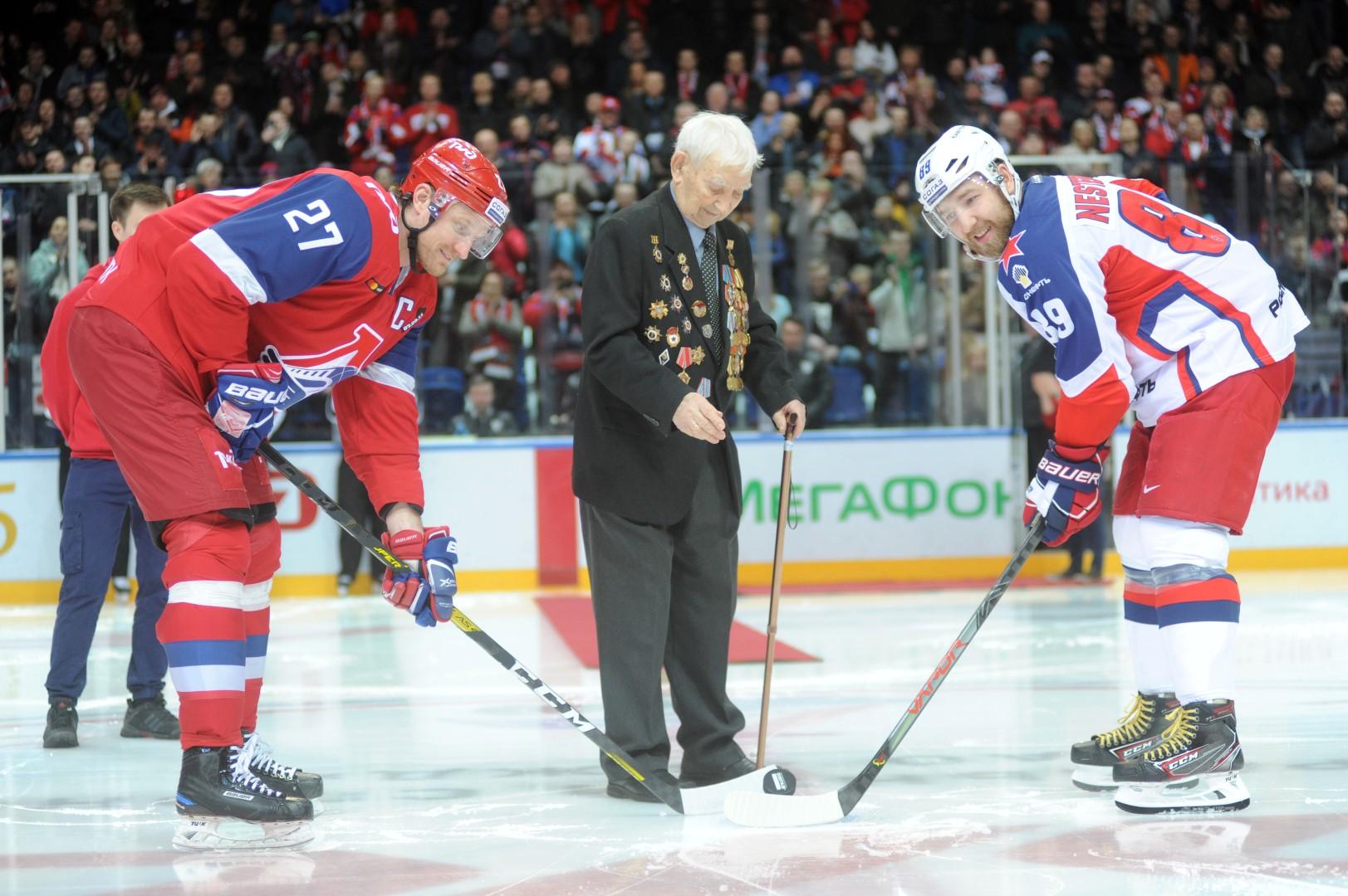 Ветеран войны произвел стартовое вбрасывание на матче «Локомотива» и ЦСКА: фото