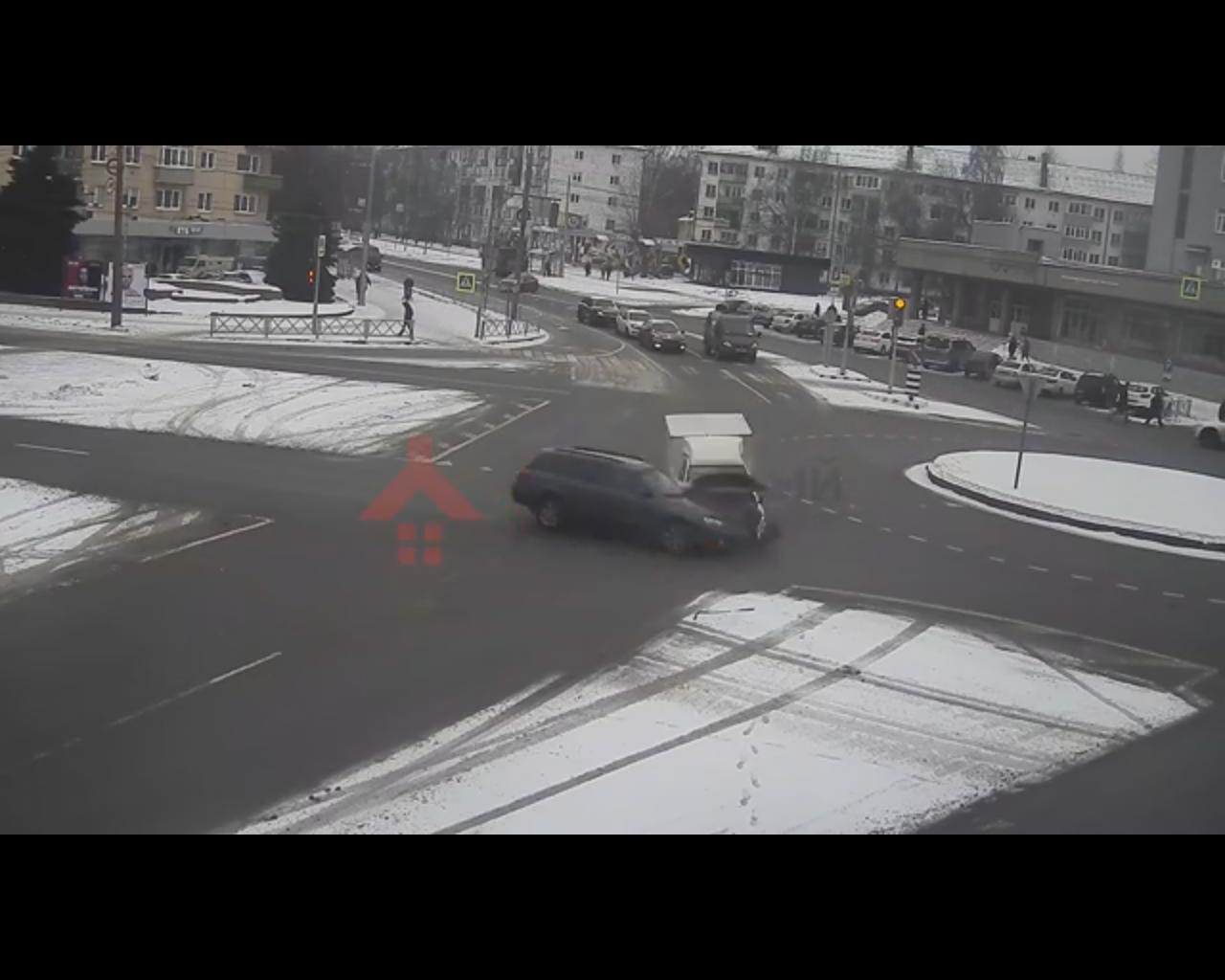 В Ярославле на перекрестке с круговым движением столкнулись две легковушки: видео