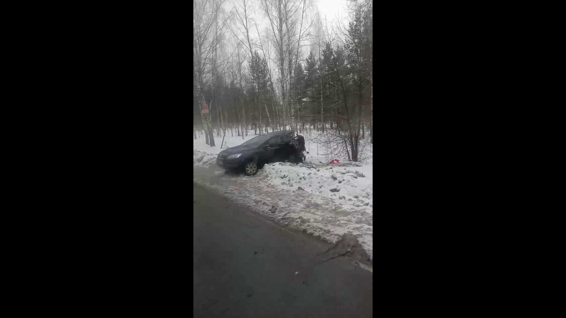 В Ярославле «Форд Фокус» влетел в автобус: три человека пострадали