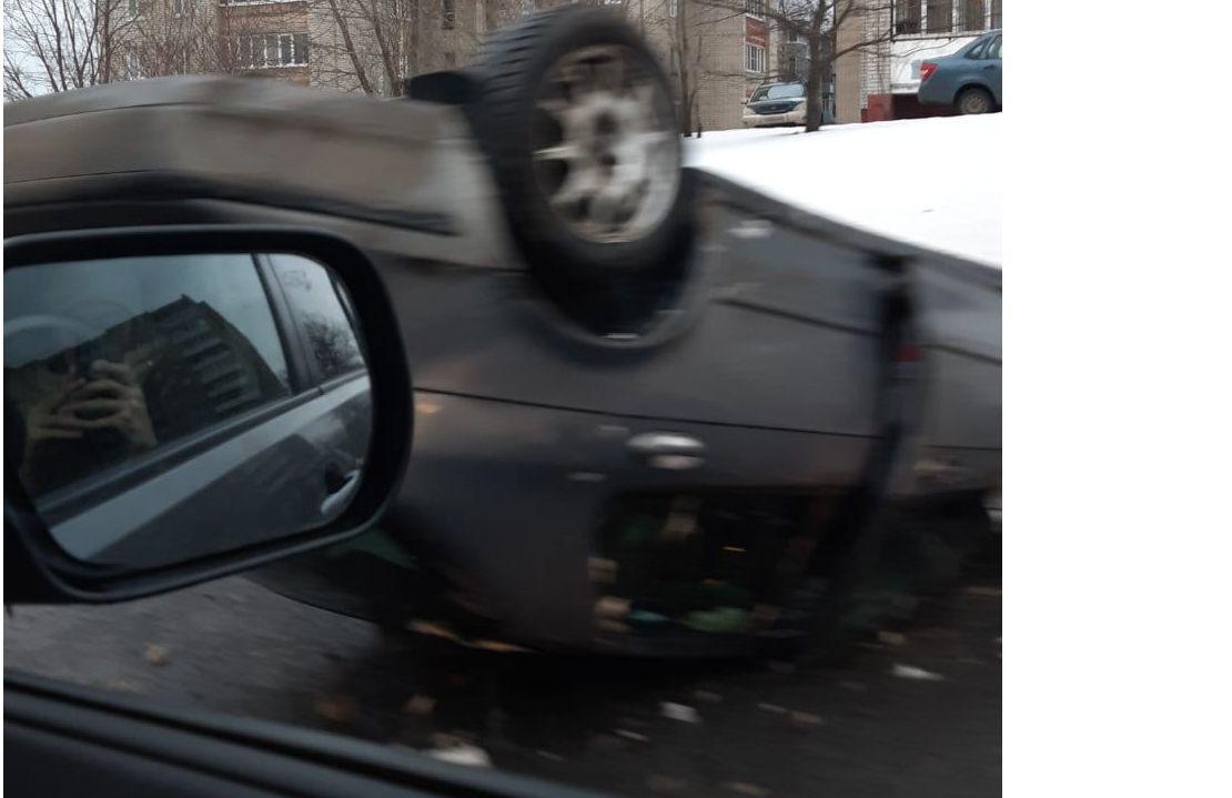 В Ярославле на окружной дороге перевернулась иномарка