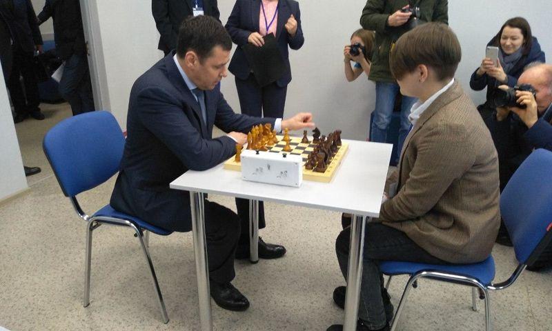 Дмитрий Миронов сыграл партию в шахматы с переславской школьницей