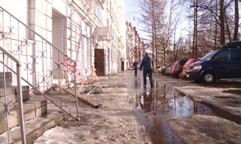 В Ярославле у дома, где во время ремонта падали леса с рабочими, обрушился фасад