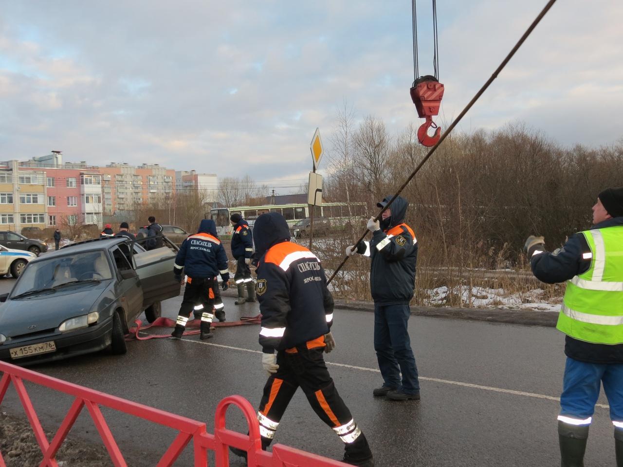 В Ярославле провалившийся в яму автомобиль достали с помощью крана
