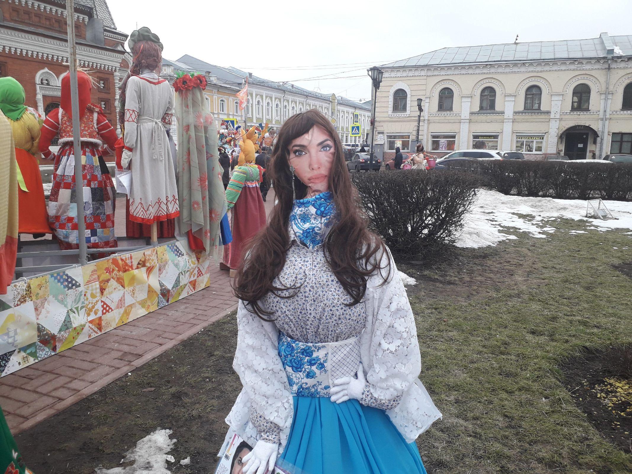 Джоли, модница-сковородница и женишок: фоторепортаж с выставки масленичных кукол в Ярославле