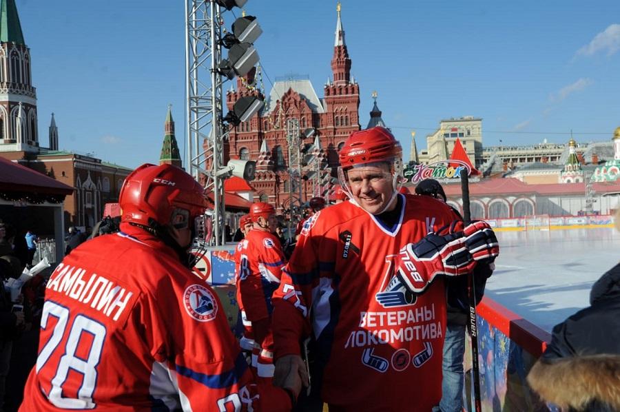 Дмитрий Миронов и ветераны «Локомотива» сыграли с юношеской командой по хоккею на Красной площади в Москве