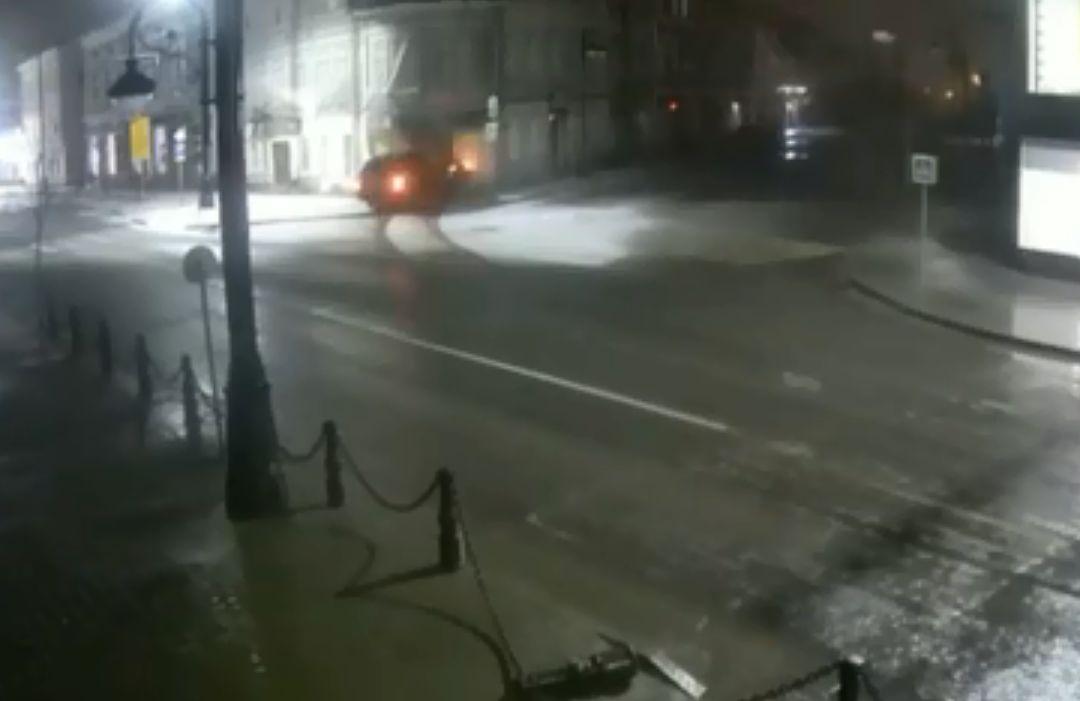 В Рыбинске «Ленд Ровер» влетел в стену дома, двое пострадали: видео