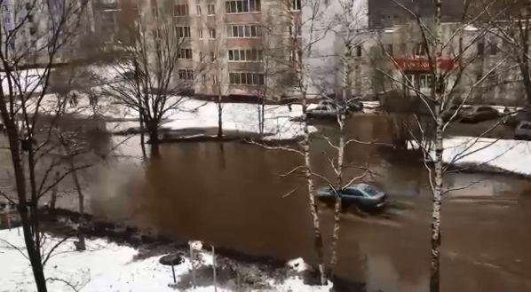 В Заволжском районе Ярославля разлилось море: кто-то попытался незаконно подключиться к трубе