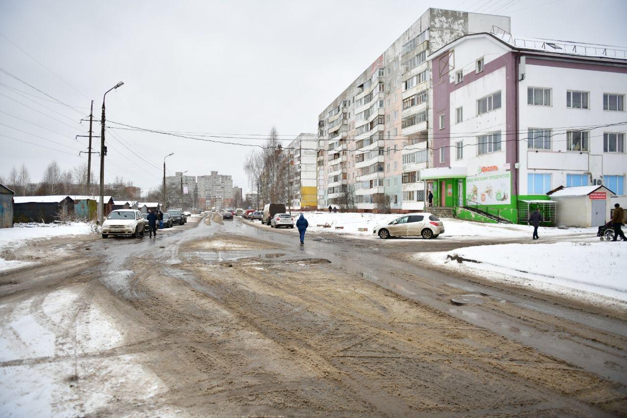 После жалоб в соцсетях мэр Ярославля выехал на убитую дорогу за Волгой