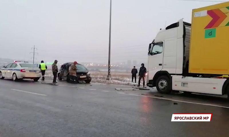 В Ярославской области на федеральной трассе в ДТП с фурой пострадал человек
