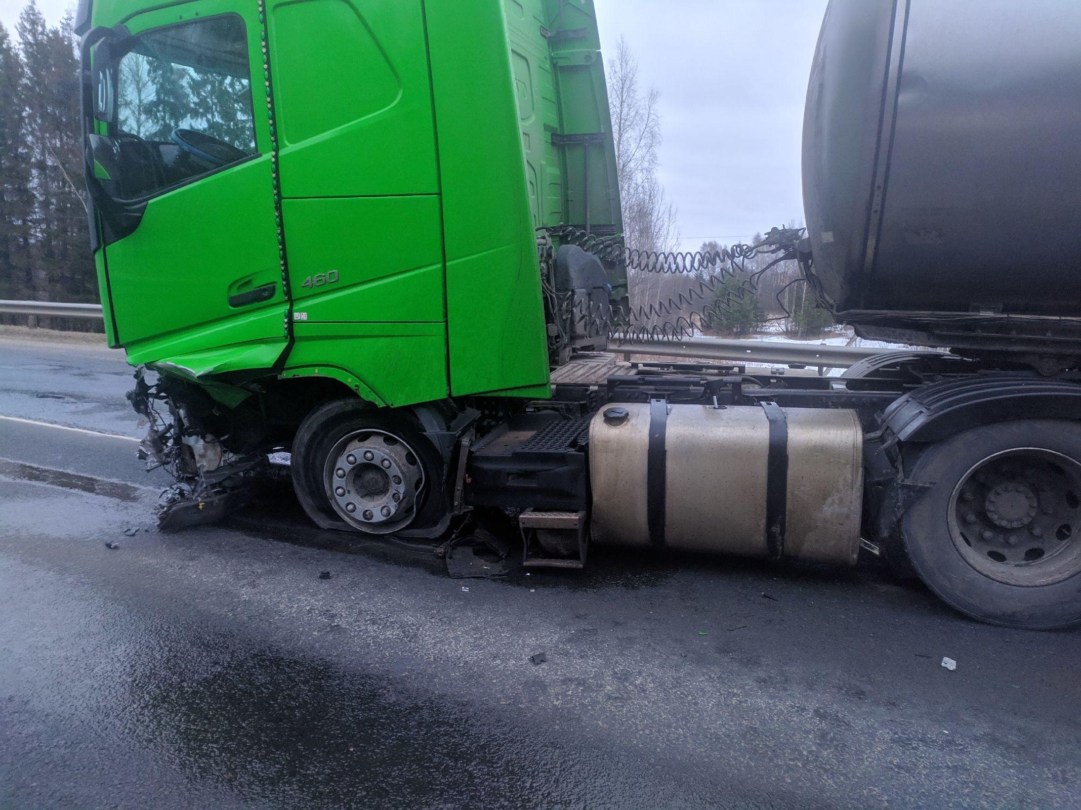 В Ярославской области водитель легкового автомобиля погиб при столкновении с грузовиком