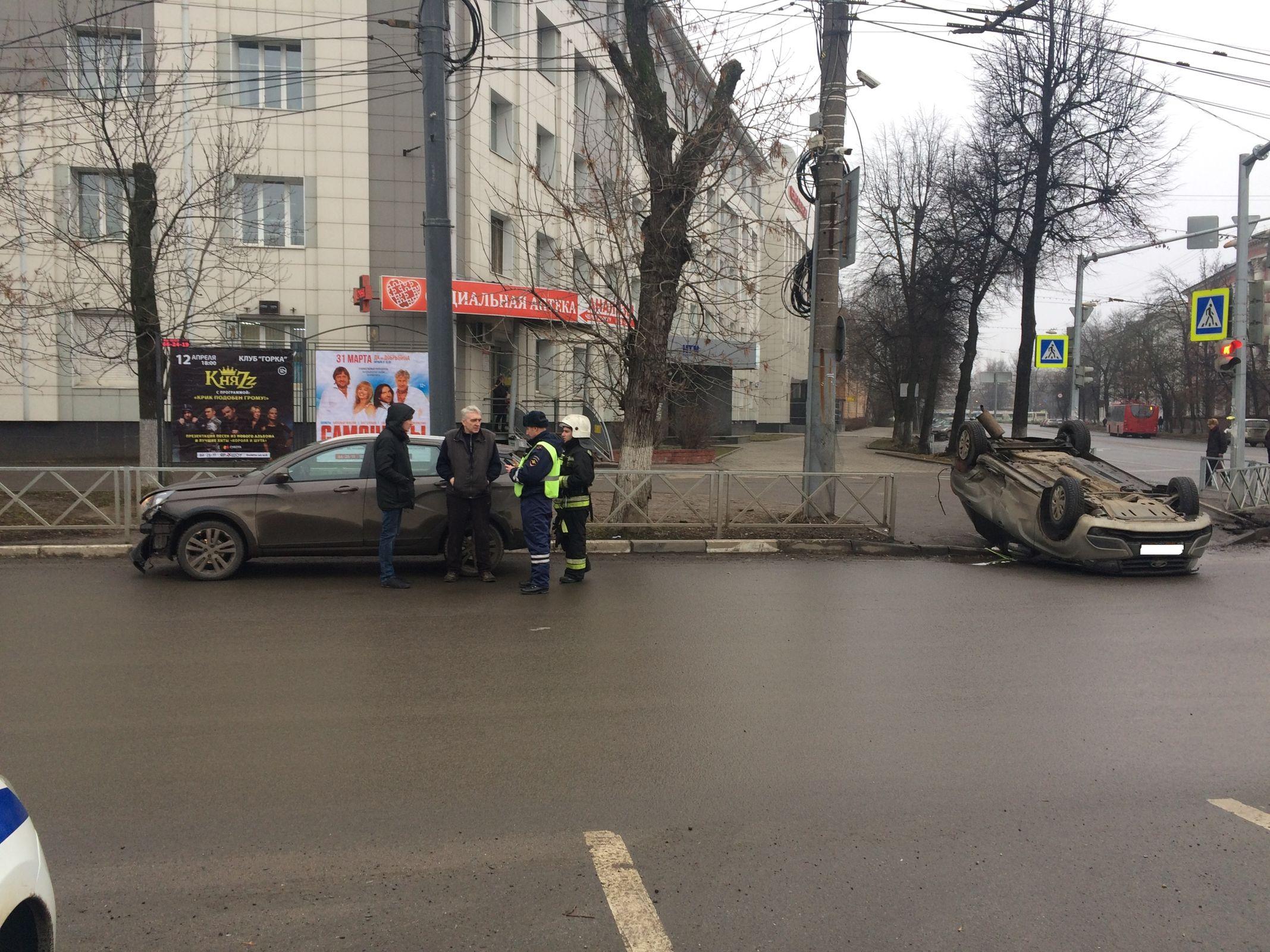 На перекрестке в центре Ярославля перевернулась легковушка: видео