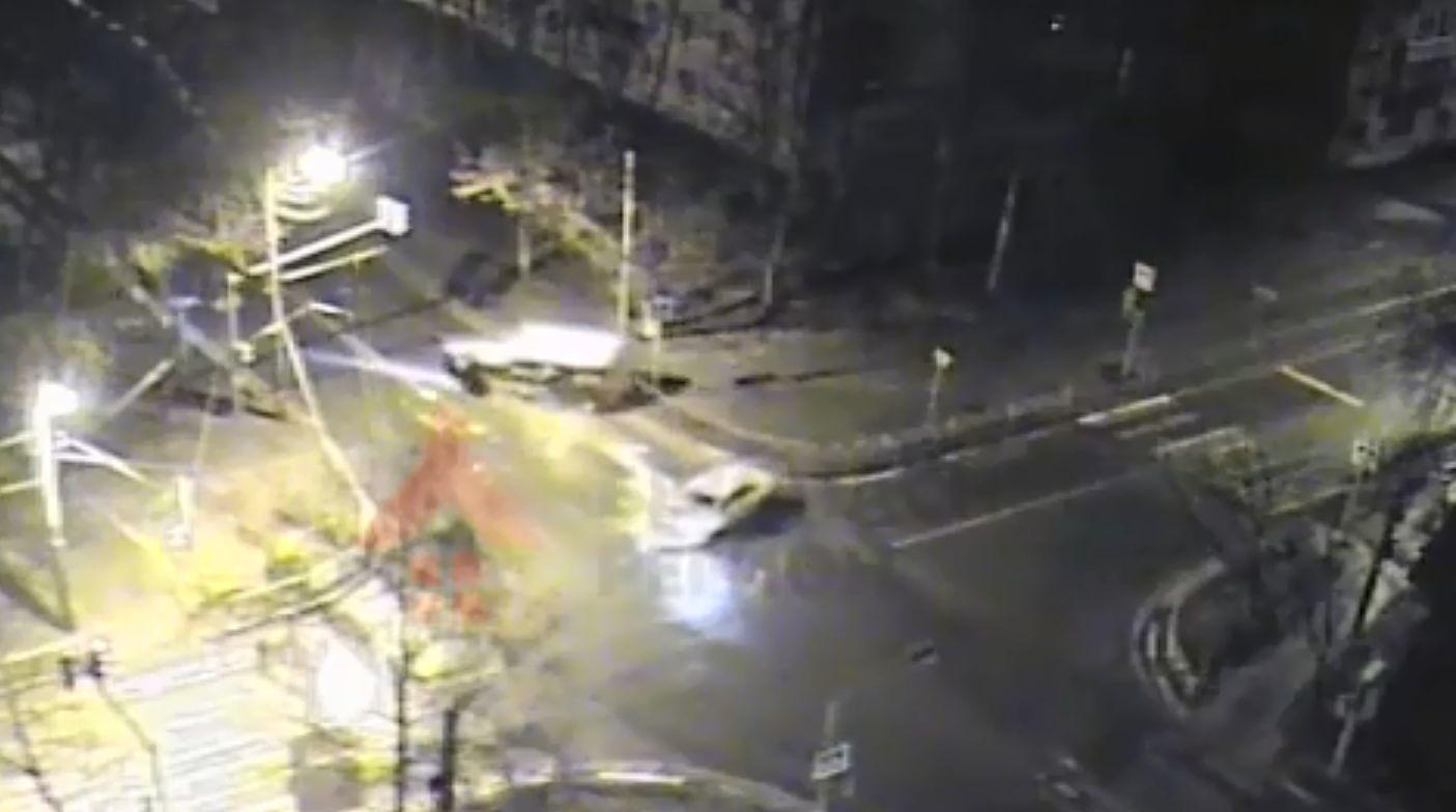 В Ярославле грузовик перевернулся после столкновения с легковушкой: видео