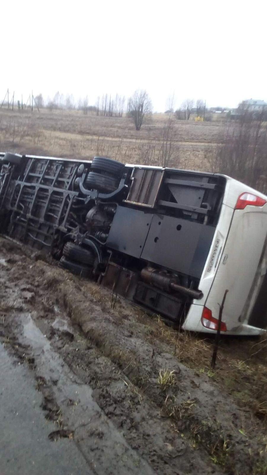 Под Ярославлем в кювет перевернулся рейсовый автобус