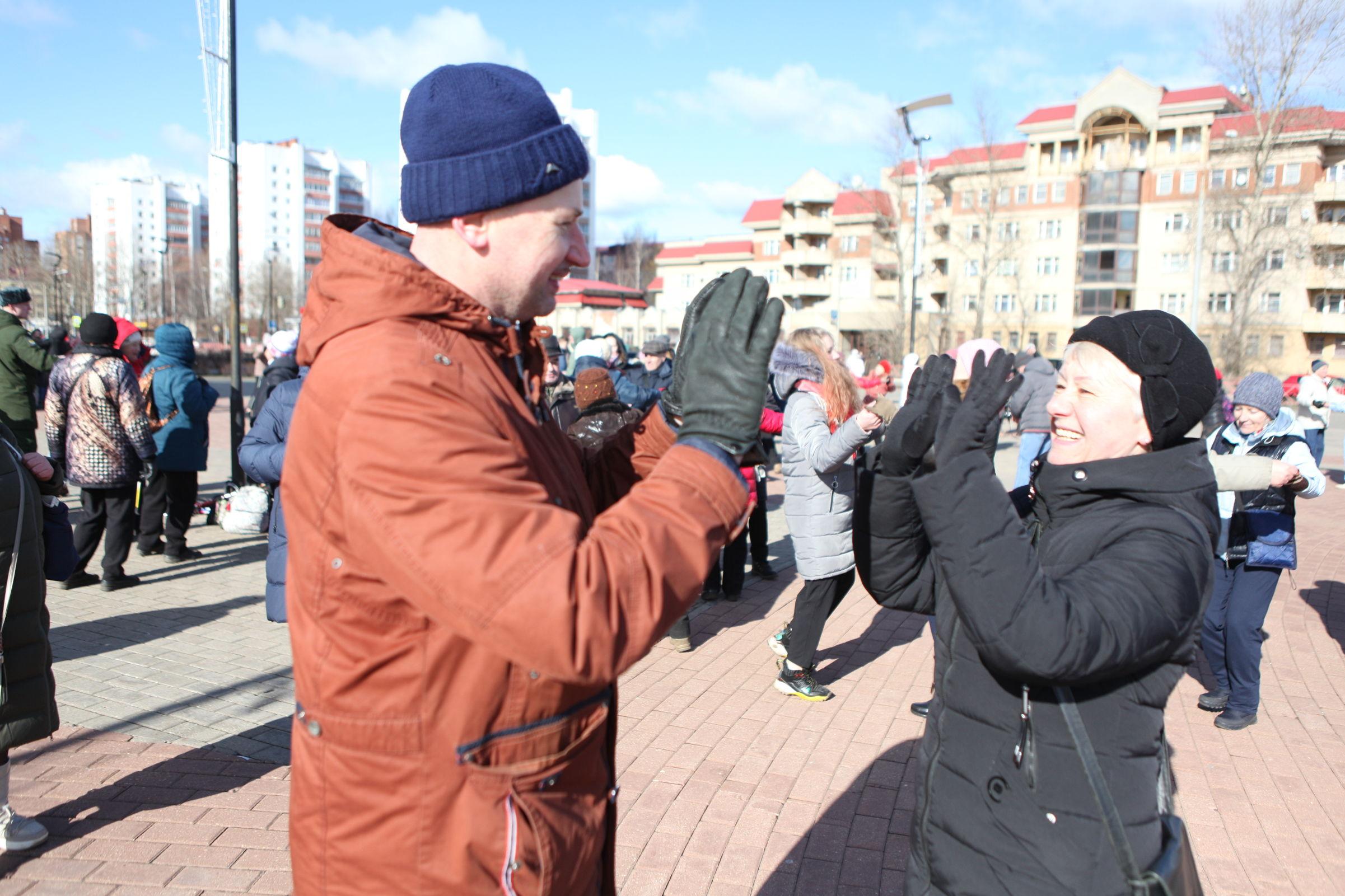 100 пар станцевали «Севастопольский вальс» в Ярославле: фото