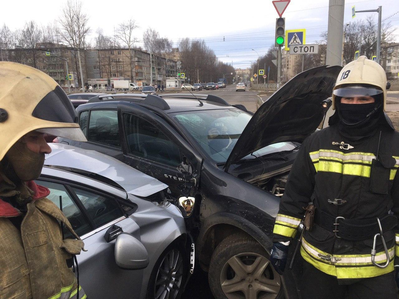 При столкновении двух иномарок в Дзержинском районе Ярославля пострадал человек