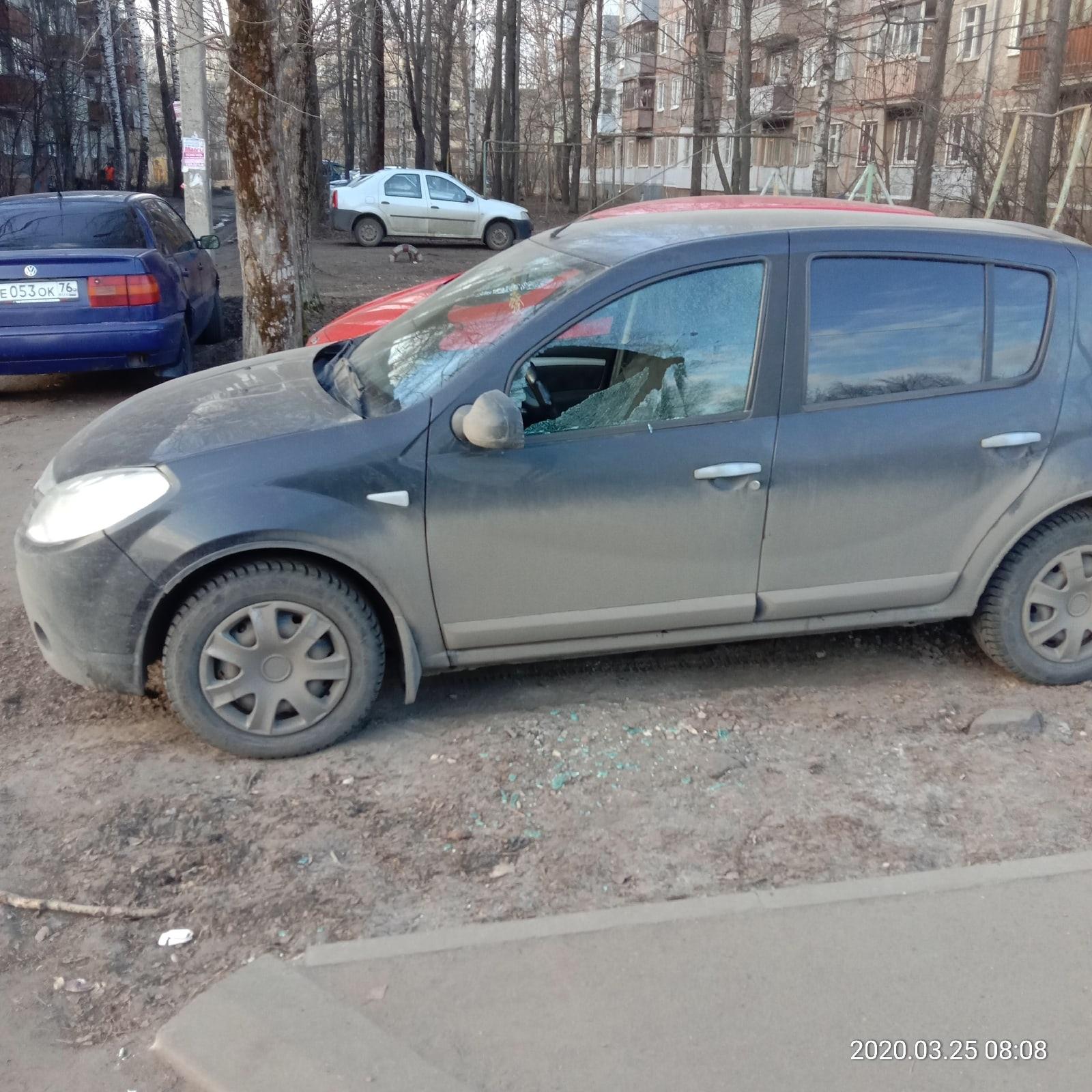 В Ярославле разошлись вандалы: неизвестные обстреляли маршрутку с пассажирами, разбили стекло в машине и витрину ларька