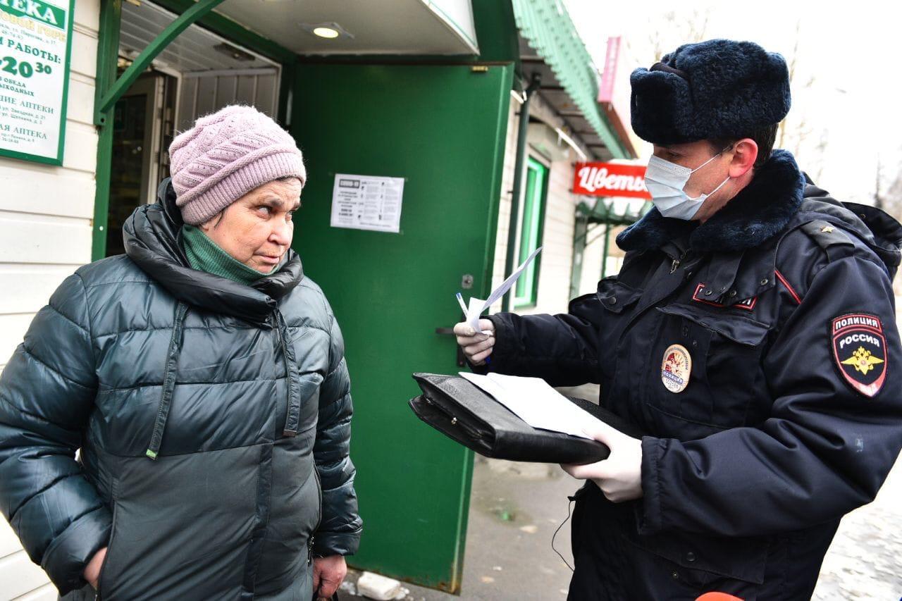 В Ярославле полицейские останавливают пенсионеров на улицах