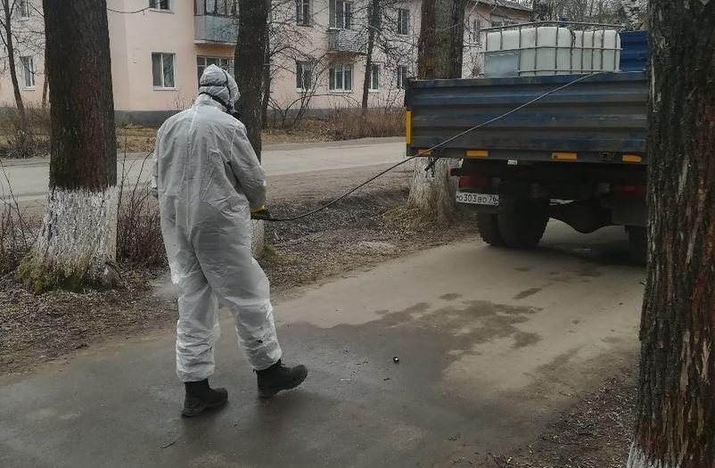 В Ярославской области тротуары начали обрабатывать специальным раствором